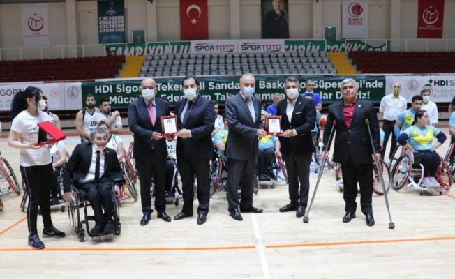 Beşiktaşlı yöneticilerden Yalovalı yöneticilere plaket