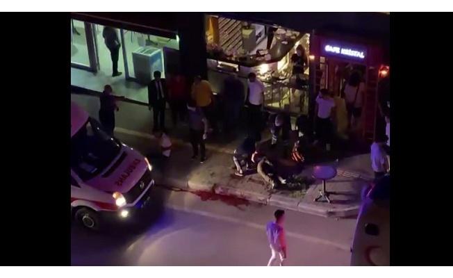 Bıçaklandılar, kafeye yardım istemeye gittiler: 1 ölü, 1 yaralı