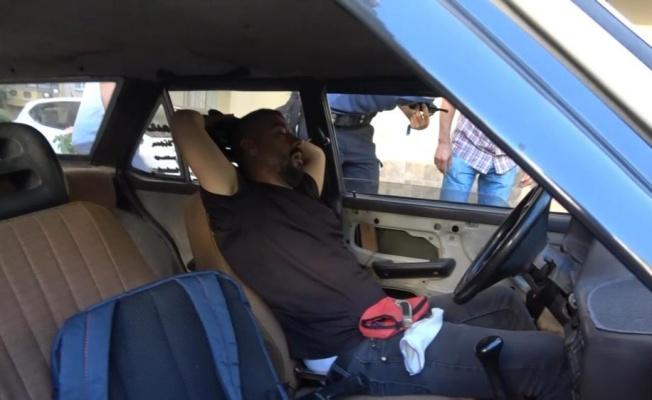 Uyuyakaldığı arabada hırsızlık malzemeleriyle yakalandı!