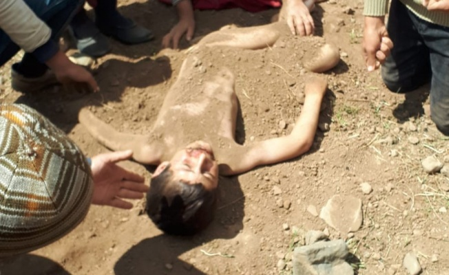 Öldü sanılan çocuğu çobanlar toprağa gömerek kurtardı