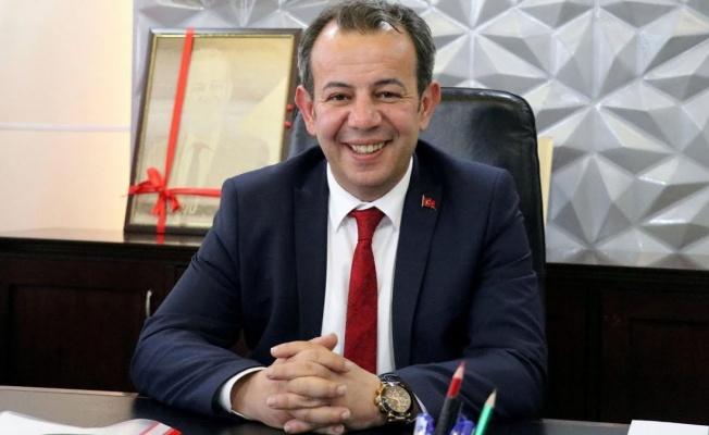 Tanju Özcan, AKP'li meclis üyelerine çay fırlattı