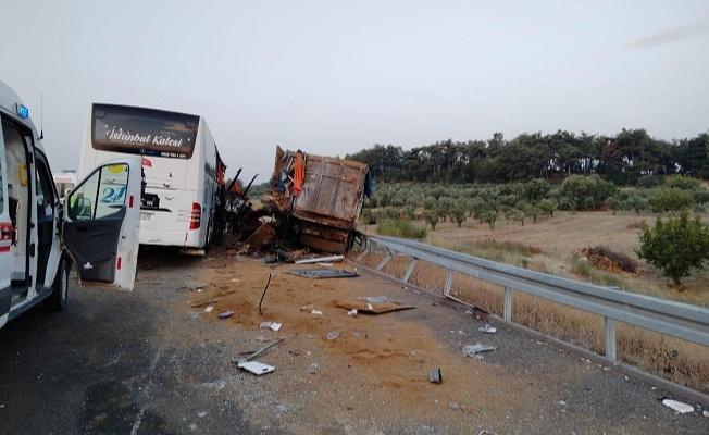 Tır ile otobüs çarpıştı: 9 ölü 30 yaralı