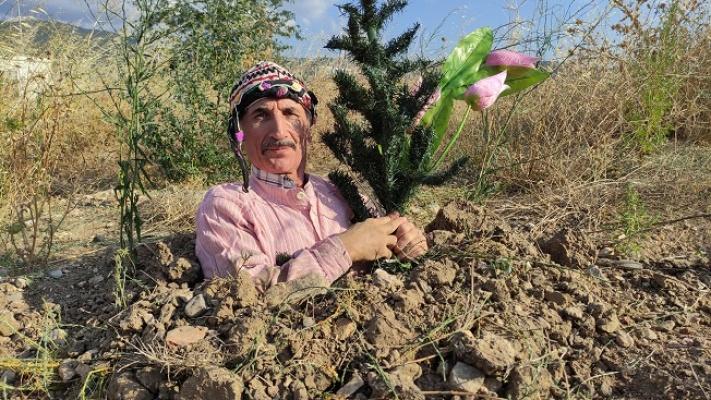Toprağı kazıp kendini diri diri gömdü