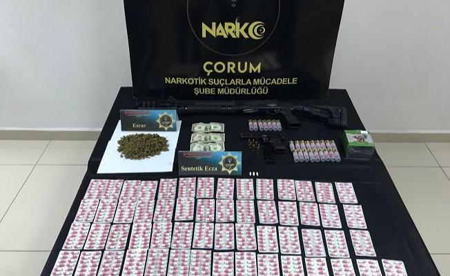 Uyuşturucu operasyonunda 3 adet F-G ve A numaralı 1 dolar bulundu