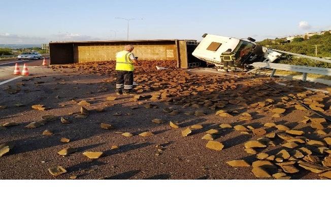 Yalova'da taş yüklü tır devrildi: 2 yaralı