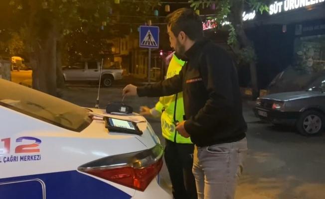Alkollü sürücünün alkolmetreyi kredi kartı okutması gülümsetti