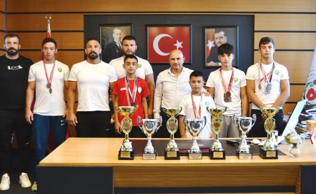 Altınova'dan sporculara destek