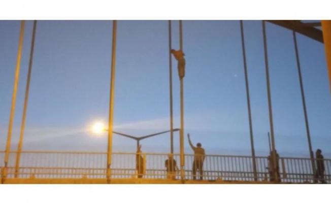 Aşk acısı çeken genç köprüden atladı