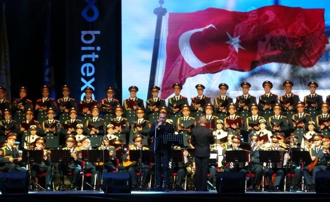 Haluk Levent ve Rus Kızılordu Korosu konser verdi