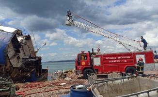 Yalova'da hurda gemide yangın çıktı