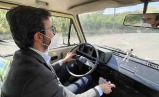 Aşı ekibi 'nostaljik minibüsle' köy köy geziyor